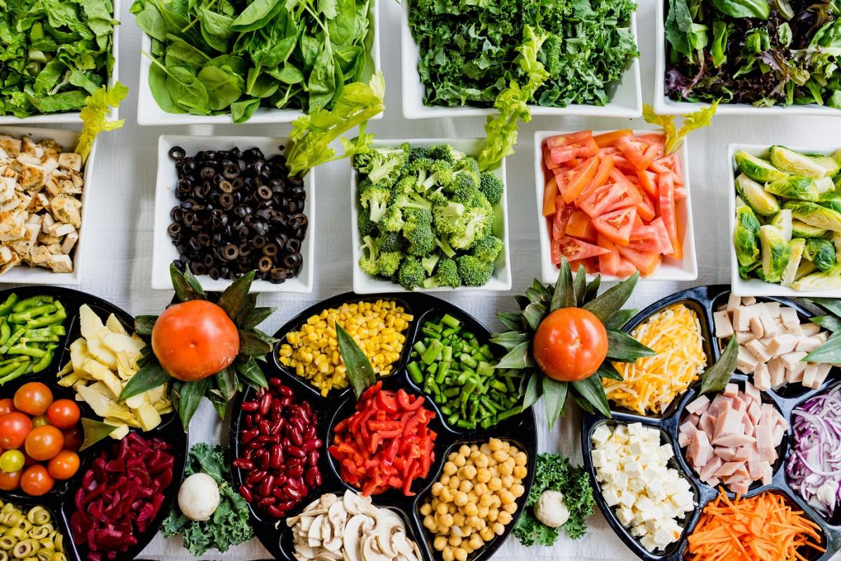 小皿に分けられた野菜