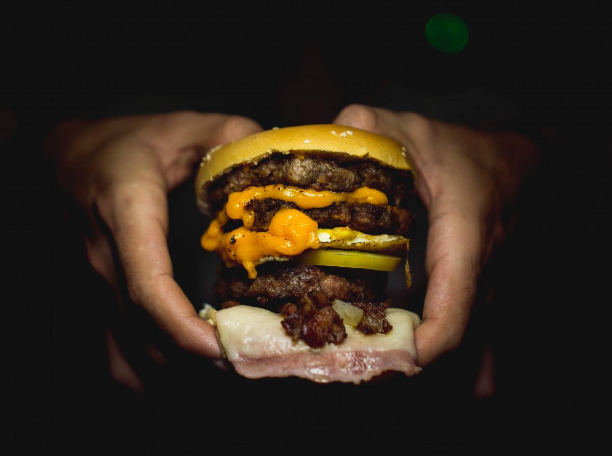 手に持ったハンバーガー