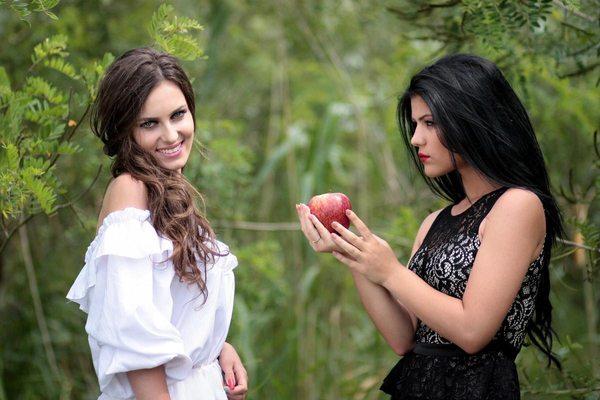 白雪姫とリンゴを持った魔女