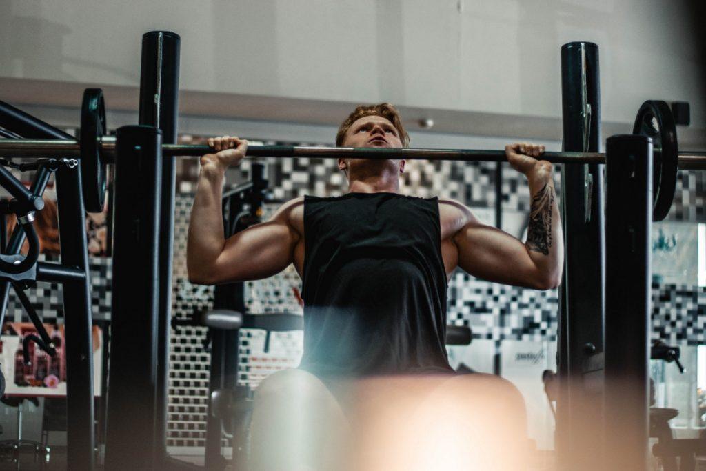 ウエイトトレーニングをする男性