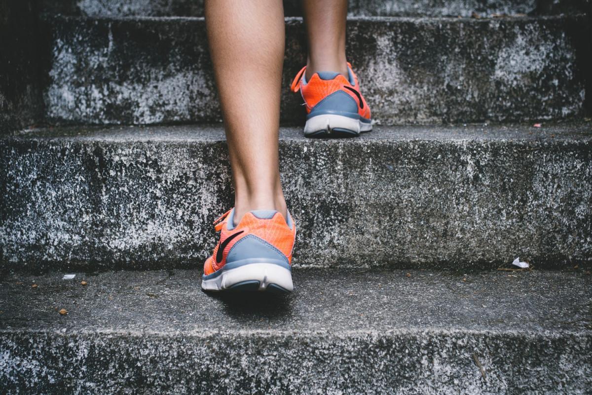 階段を上る女性の脚