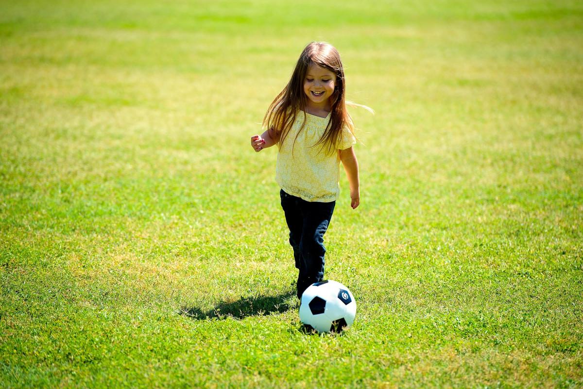サッカーボールで遊んでいる女の子