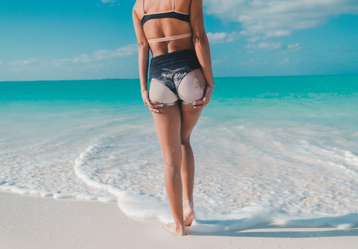 砂浜に立っている女性