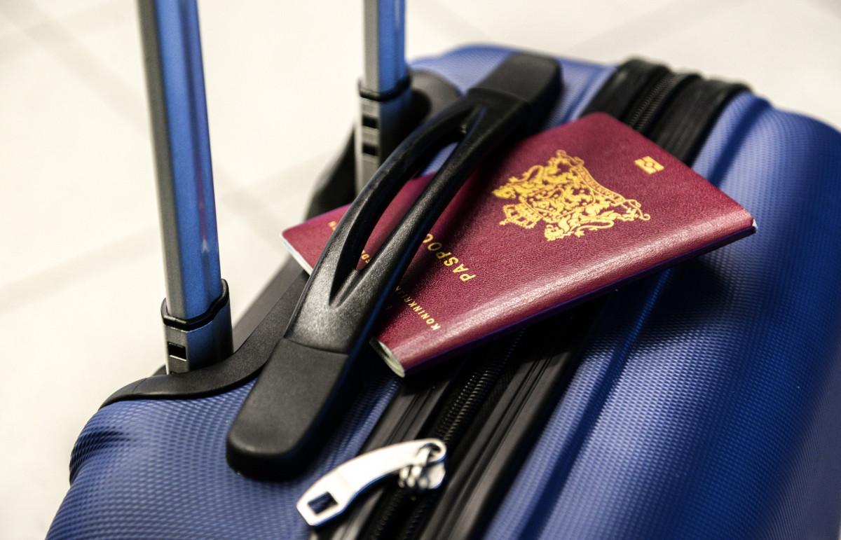キャリーケースとパスポート