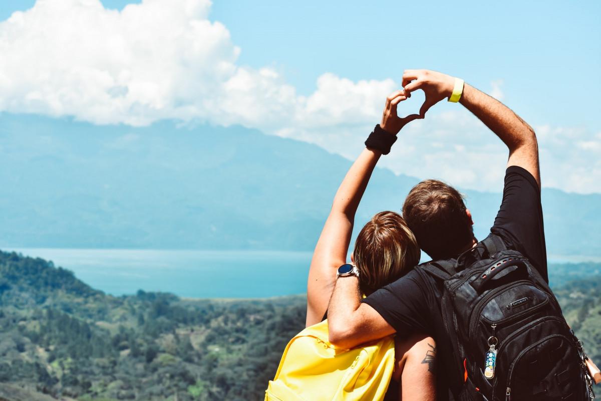 一緒に山に登るカップル
