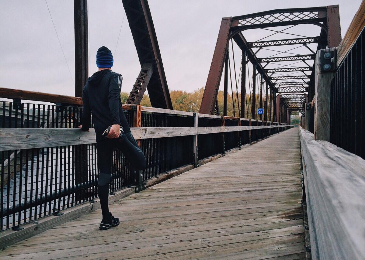 ブリッジを走ろうとする男性
