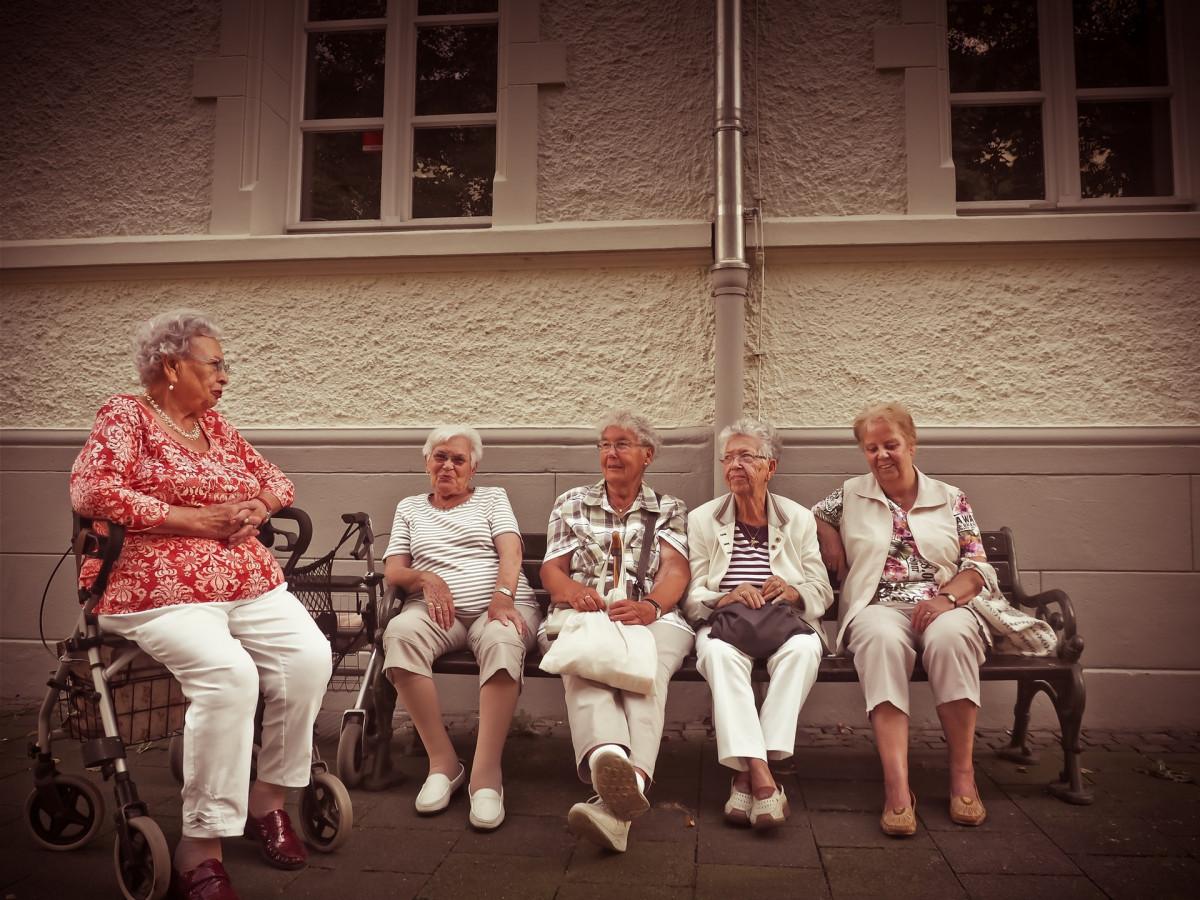 高齢の女性たち