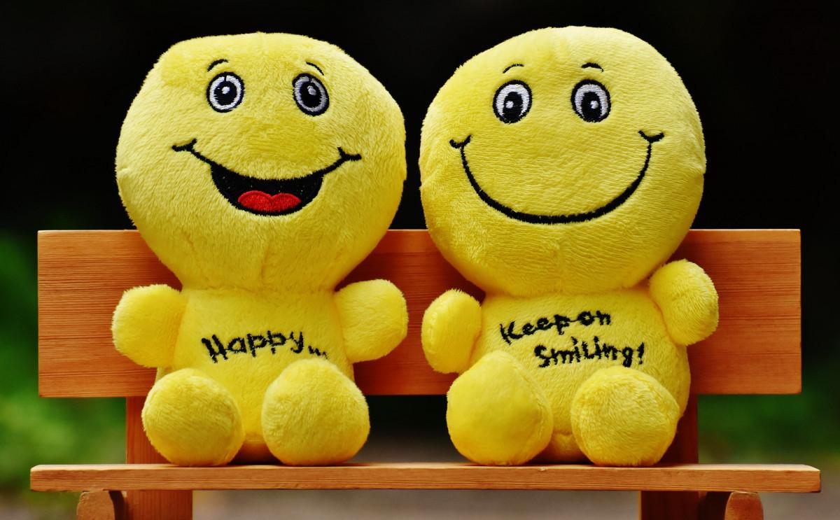 笑顔の黄色いぬいぐるみ