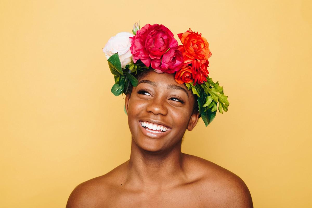 花冠を被った笑顔の女性