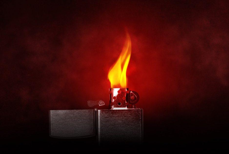 火の点いたライター