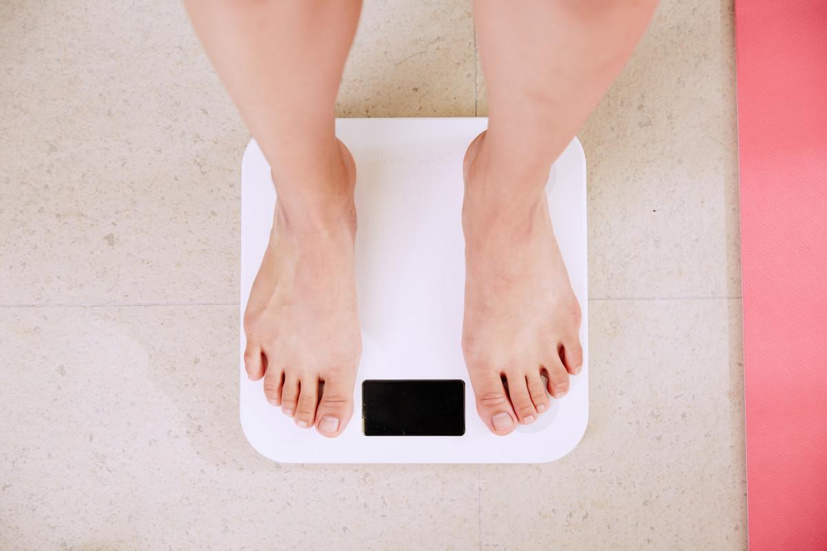 体重計と女性の脚